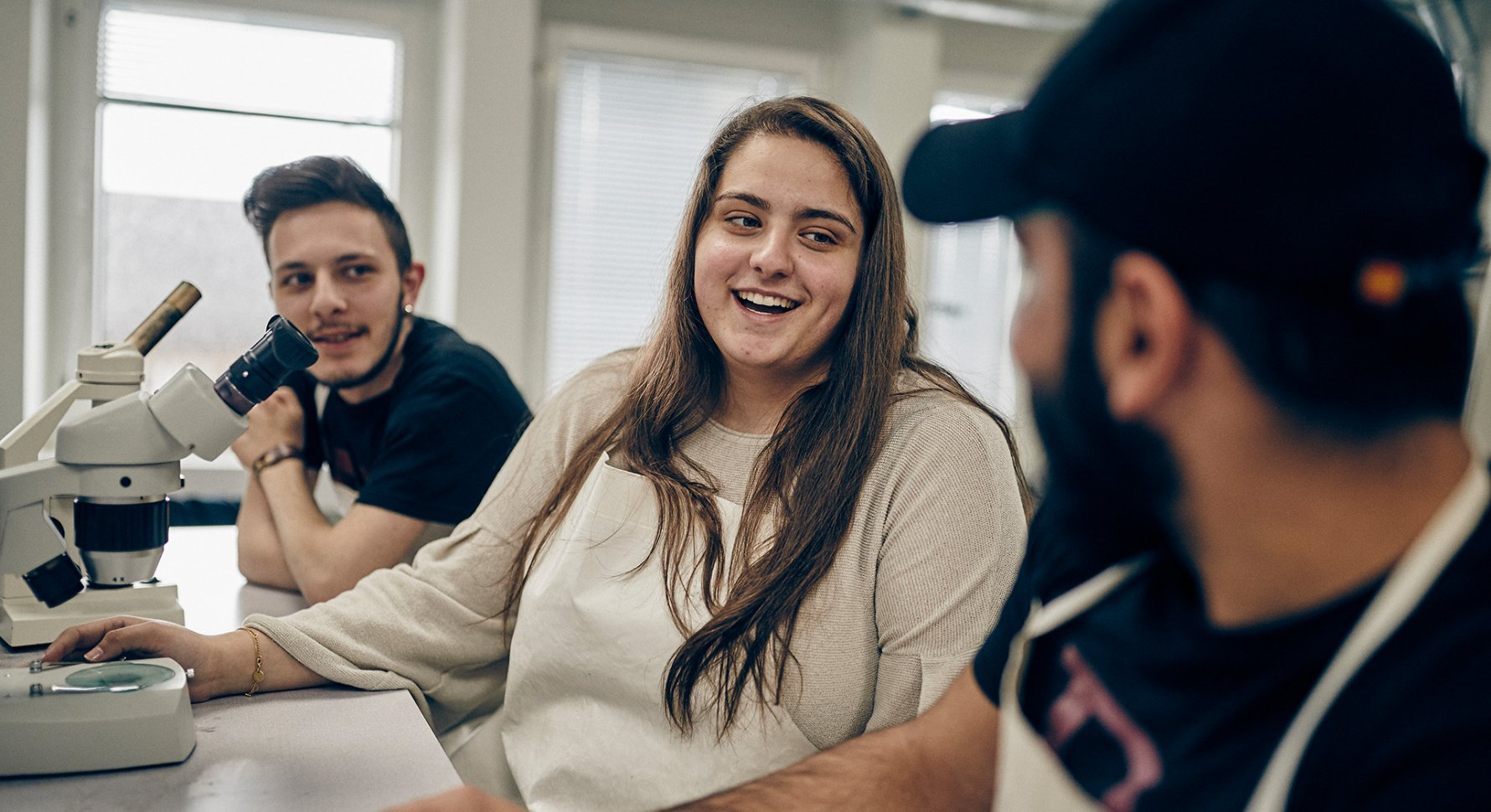Tre glada elever i lektionssalen