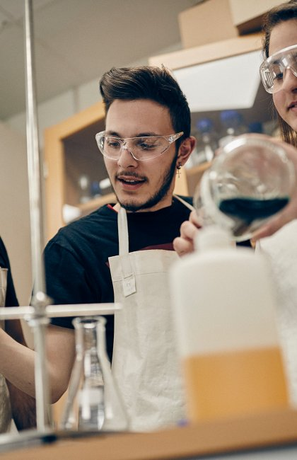 Tre elever i labbsal