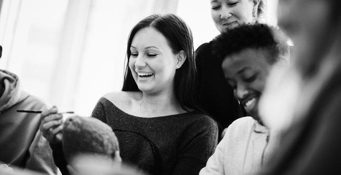 Glada elever som skrattar med lärare