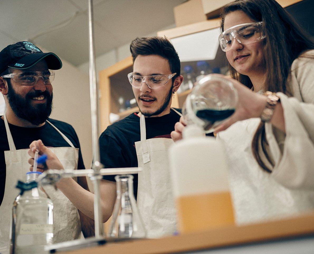 Tre elever på kemilektion